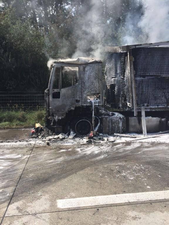Lastwagen auf der A13 ausgebrannt (© todayreporter)