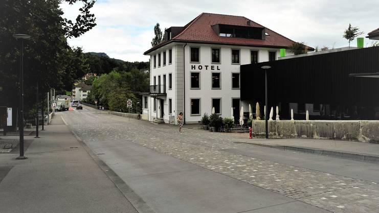 Viel weiter als bis zum Rathaus dürften die Wildschweine nicht gekommen sein. Nach gut zwei Minuten zeigen die Bilder der Überwachungskamera, wie die Rotte im gestreckten Galopp am Hotel Kettenbrücke vorbeirennt.