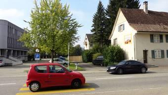 Beim Gemeindehaus Möhlin (links) ist auf dem Areal der beiden rechts sichtbaren Häuser im Rahmen der Zentrumsplanung eine neue Überbauung vorgesehen.