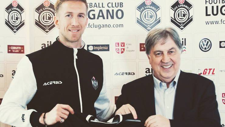 Marc Janko (links), hier mit Lugano-Präsident Angelo Renzetti, wird wie schon beim FC Basel auch beim FC Lugano die Rückennummer 21 tragen.
