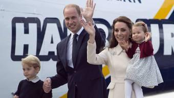 Prinz William und seine Frau Kate posieren gemeinsam mit ihren Kindern für die Fotografen. Wegen Oben-Ohne-Fotos von Kate kommt es dagegen in Frankreich zu einem Prozess. (Archiv)