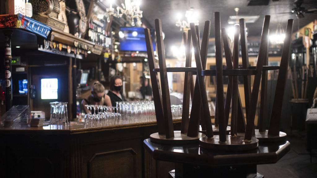 Auch wenn die Fallzahlen zurückgehen sollten, müssen Restaurants weiterhin um 19.00 Uhr schliessen.   (Symbolbild)