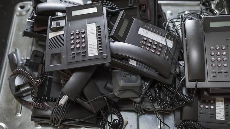 Der Berg von Elektroschrott wächst immer weiter: Analog-Telefone auf dem Weg zur Entsorgung. (Archiv)