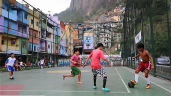 So werden in Südamerika die ganz grossen Fussballstars geboren: Kinder spielen Fussball auf dem Quadra Futsal Feld im Favela Rocinha, dem grössten Favela in Südamerika. freshfocus