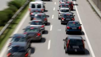 Die Autofahrerin spurte zu dicht vor einem Lastwagen ein und verursachte einen Auffahrunfall (Symbolbild)