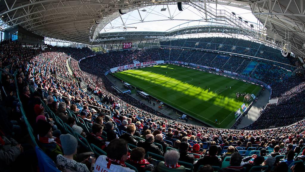 In Deutschland dürfen die Fans zumindest probehalber und in kleinen Teilen wieder zurück ins Stadion