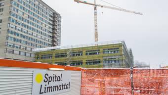 Wo heute noch das alte Spitalhochhaus steht, soll der Erweiterungsbau für das Pflegezentrum entstehen.
