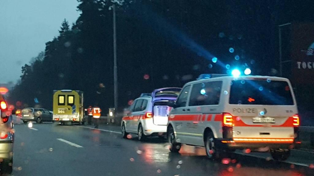 Beim Unfall am Montagabend kurz vor 18 Uhr bei der Raststätte Thurau wurde eine Person leicht verletzt.