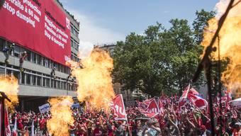 Grossdemo in Zürich: 15000 Bauarbeiter fordern einen neuen Landesmantelvertrag.