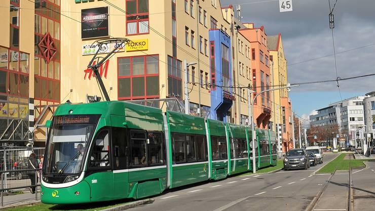 Das 8er-Tram auf einer Probefahrt vor dem Weiler Rheincenter und kurz vor dem Zoll Hiltalingerstrasse. U-Abo und GA sind auf derganzen Linie in beiden Richtungen gültig, das Halbtax aber nur in Richtung Weil am Rhein.