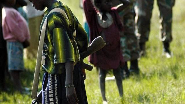 Ein bewaffneter Junge in der Rebublik Kongo (Archiv)