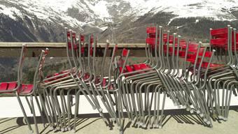 Gestapelte Stühle in den Bergen: Ausserhalb der Hochsaison bleiben die Leute weg.