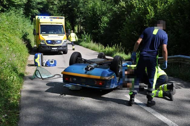 . Der Fahrzeuglenker wurde schwer, sein Mitfahrer leicht verletzt.