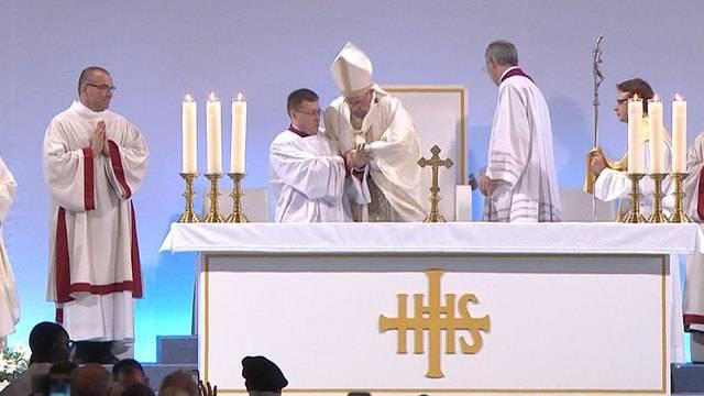 Hier stolpert Papst Franziskus vom Podest