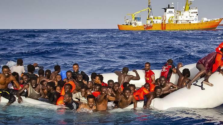 Diese Flüchtlinge hatten Glück: Sie konnten aus der Seenot in Sicherheit gebracht werden. (Archivbild)
