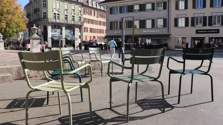 Gleiche Stühle wurden im Oktober 2018 nach Olten geliefert. Eigentlich hätte immer zwei aneinander befestigt sein sollen.