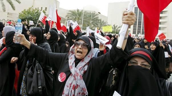 Frauen protestieren in Manama, Bahrain, gegen das Regime
