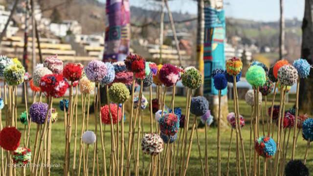 Hunderte Strick-Kunstwerke zieren Bäume und Brücken