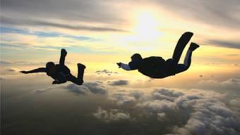 Das Ziel für Felix*, der vor sechs Jahren an einer schweren Leukämie erkrankte, der Weg: Er möchte wieder Fallschirmspringen. Und er wird es wieder, da ist er sich sicher. Symbolfoto/iStockphoto