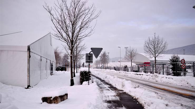 Das Zelt links auf dem Grenchner Badi-Parkplatz und dasjenige vor dem Velodrome (rechts) wurden für die Verpflegung der rund 4000 Personen aufgestellt.