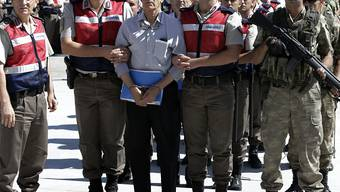 Der Ex-Kommandant der türkischen Luftwaffe, Akin Öztürk, wurde als einer der Hauptverantwortlichen für den Putschversuch vor drei Jahren zu 141 mal lebenslänglich verurteilt. Das Bild zeigt ihn vor dem ersten Prozesstag im August 2017.