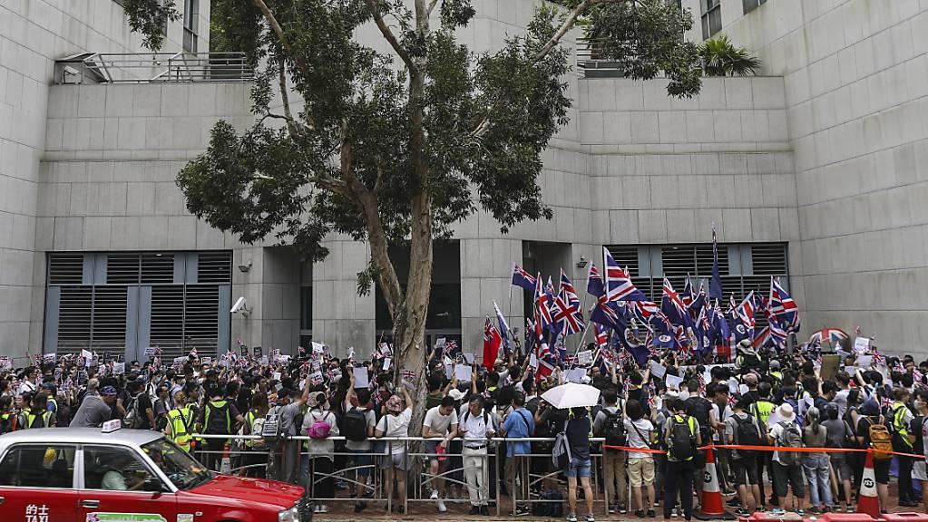 """Vor dem britischen Konsulat in Hongkong riefen Regierungskritiker die frühere Kolonialmacht auf, dafür zu sorgen, dass China seine Verpflichtungen gemäss dem Rückgabeabkommen einhält, insbesondere das  Prinzip """"ein Land, zwei Systeme""""."""