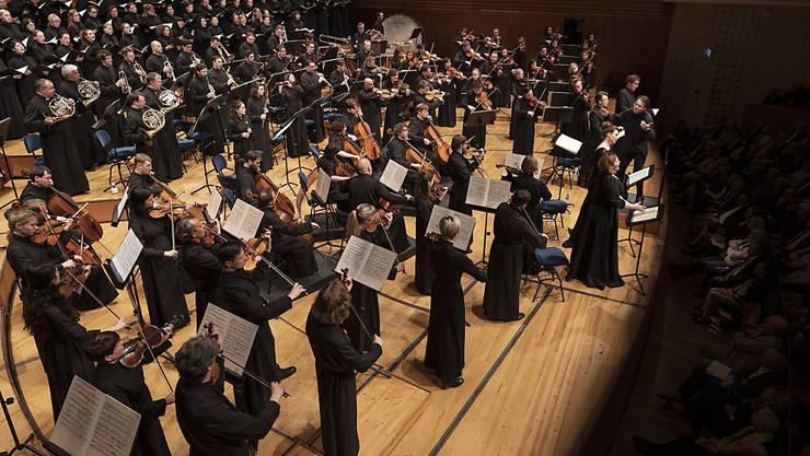 Spielten im KKL Luzern vor ausverkauften Rängen Verdis Requiem: die in Mönchskutten gekleideten Musiker und Sänger des musicAeterna Orchesters und Chors aus der russischen Stadt Perm unter der Leitung von Teodor Currentzis.