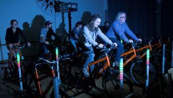 Mindestens sieben Fahrradfahrer braucht es, um genug Strom für den Projektor im Velokino zu erzeugen. ISS