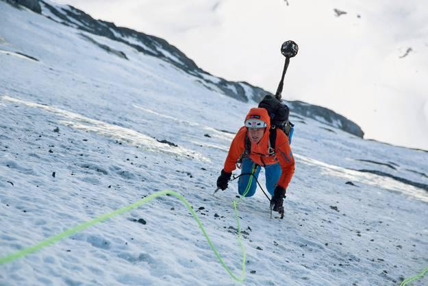 Der Mammut Pro Alpinist Stephan Siegrist klettert mit dem Kamera-Rucksack durch die Eiger Nordwand.