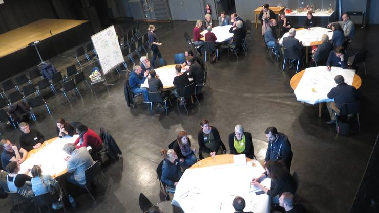 Über vierzig Menschen berieten sich an den runden Tischen.