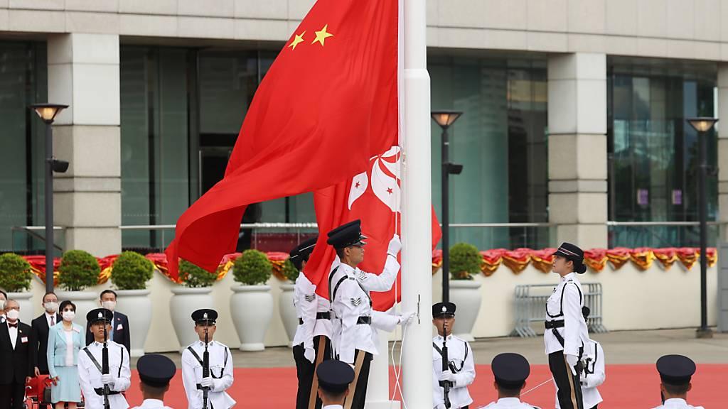 China begeht den 23. Jahrestag der Rückgabe Hongkongs an China mit einer Zeremonie am Hongkonger Hafen.
