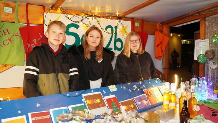 Colin, Jenny und Vanessa (von links) besuchen die Sek 2b und haben fleissig gebastelt und gebacken, um Geld für ihr Abschlusslager zu sammeln.