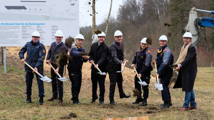 Auch Sicherheitsdirektor Mario Fehr (SP, vierter von rechts) war beim Spatenstich dabei.