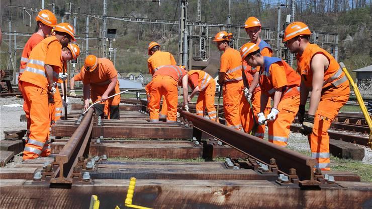 Teamarbeit ist bei den Gleisarbeitern das A und O. Auf der Test-Baustelle müssen die Bewerber diese und andere Fähigkeiten unter Beweis stellen.