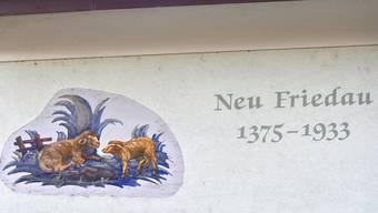 Mit dieser Fassadenmalerei erwies der Erbauer der Liegenschaft an der Fahrgasse 2 in Fulenbach, Nähe Stadtacker, der alten Stadt Fridau die Reverenz, die bis 1375 an dieser Stelle stand. Die Malerei mit den Schäfchen drückt wohl eine volkstümliche Deutung des Stadtnamens aus: Fridau (oder Friedau), die friedliche Au.