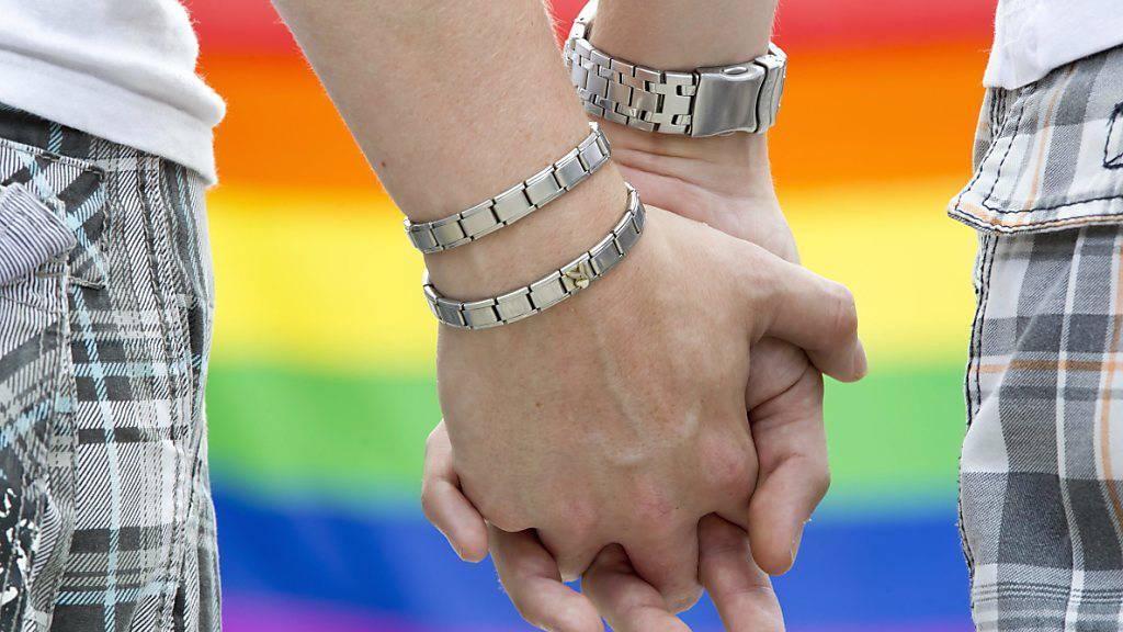 Schwule und lesbische Paare sollen heiraten dürfen