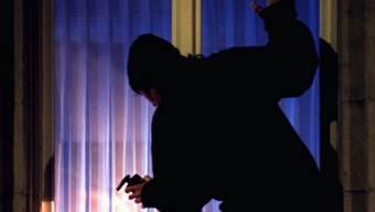 Ohne dass die schlafenden Bewohner etwas merkten, durchsuchte die Täterschaft eines der Häuser und entwendete mehrere hundert Franken Bargeld. (Symbolbild)