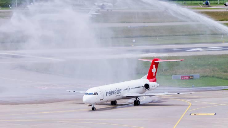 Nach der Landung gab es für die letzte Fokker 100 der Helvetic die Abschiedsdusche von der Feuerwehr.