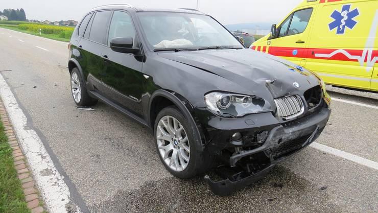 Dottikon AG, 23. August: Zwei Autos kollidieren nach einem Bremsmanöver. Es entsteht grosser Sachschaden.