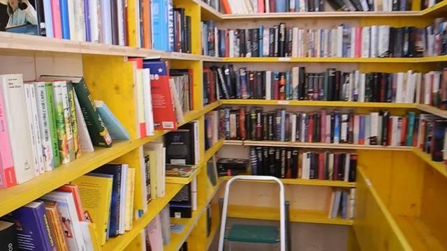 Schwenk durch den offenen Bücherschrank in Langendorf