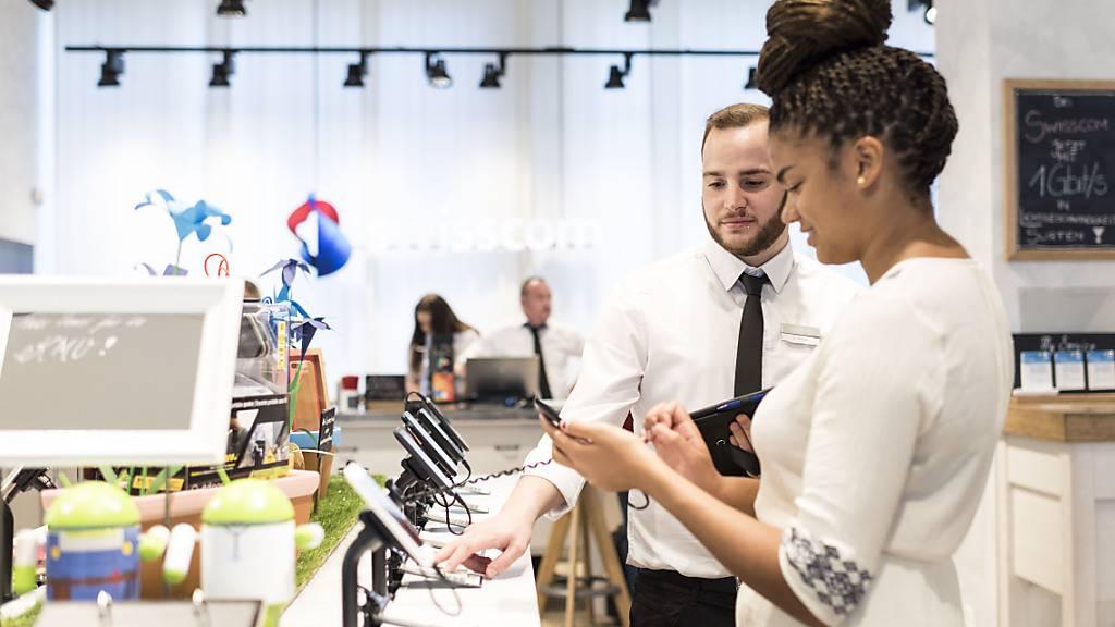 Die Swisscom bezahlt ihren Mitarbeitern mehr Lohn. Der Telekomkonzern erhöht die Lohnsumme um 0,8 Prozent.(Archivbild)