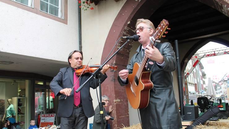 Singen und spielen gegen die Fusion an: Adam Taubitz (Violine) und Florian Schneider.