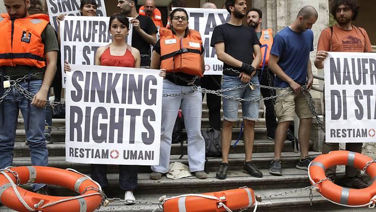 In Italien haben sich Demonstranten am Verkehrsministerium festgekettet. Sie protestieren damit gegen das Hafenverbot für Rettungsschiffe.