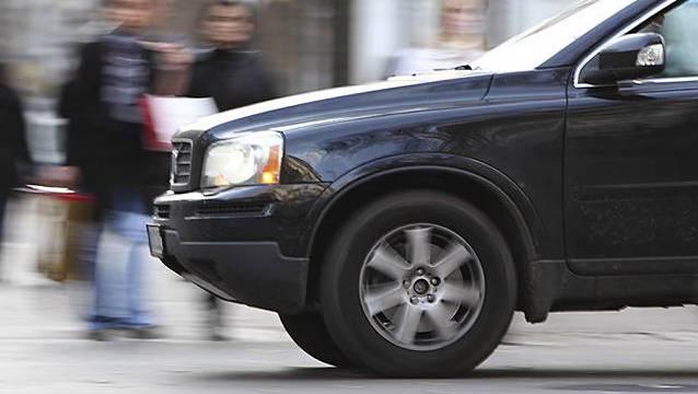 Der Fahrer einer schwarzen Limousine beging Fahrerflucht. Die Kantonspolizei Zürich sucht Zeugen. (Symbolbild)