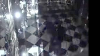 Ein Bild der Überwachungskamera zeigt einen Dieb bei der Zerstörung der Vitrine. (Archivbild) T