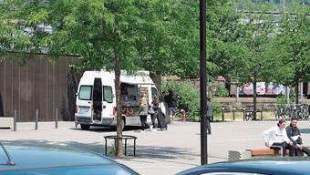 Seit letztem Dienstag steht der alte Renault-Bus mittags und abends auf dem Campusareal vor dem Coop auf Windischer Seite.