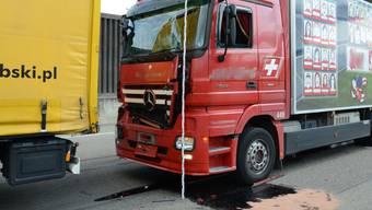 Auffahrkollision zwischen zwei Lastwagen bei der Verzweigung Hagnau (A2)