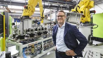 Anlage «Alpha 2b»: Werkleiter Andreas Pauli zeigt den Ablauf in der vollautomatischen Fertigungszelle für die Produktion von Verbindungselementen.