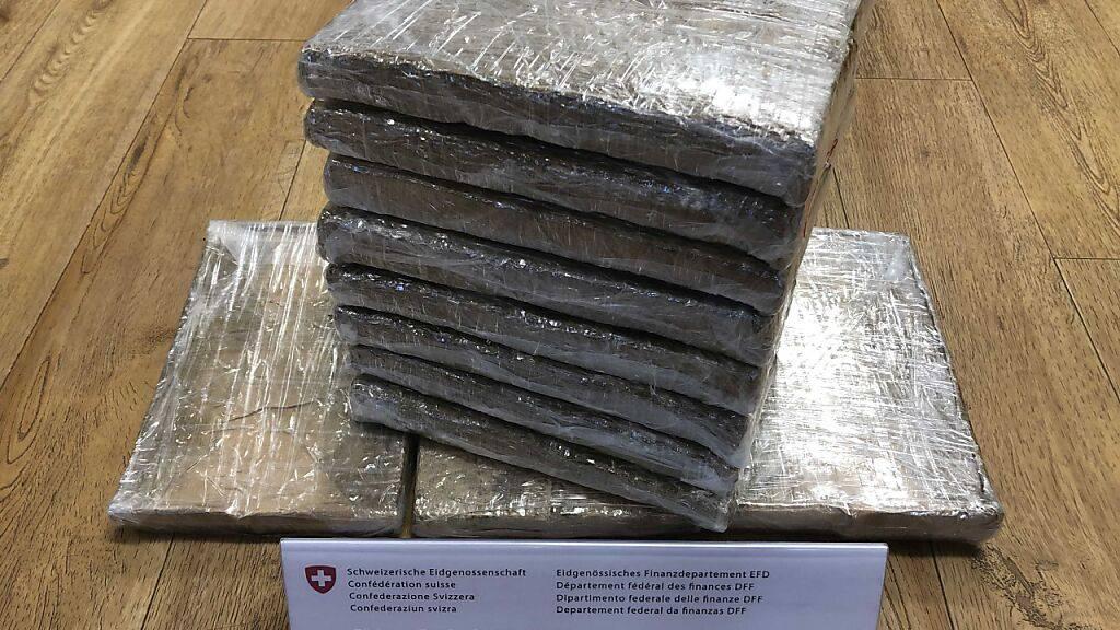 Dies ist der Inhalt von einem der fünf Pakete mit Drogen, die Zöllner am Zürcher Flughafen entdeckt haben.