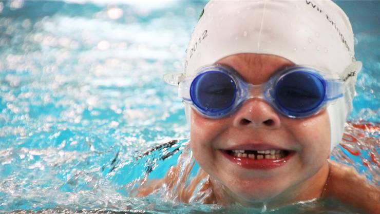 Schwimmunterricht sollen die Murianer Kinder bereits früh geniessen. Gegen den Gemeindeversammlungsbeschluss wird jetzt das Referendum angestrebt. ho/Archiv